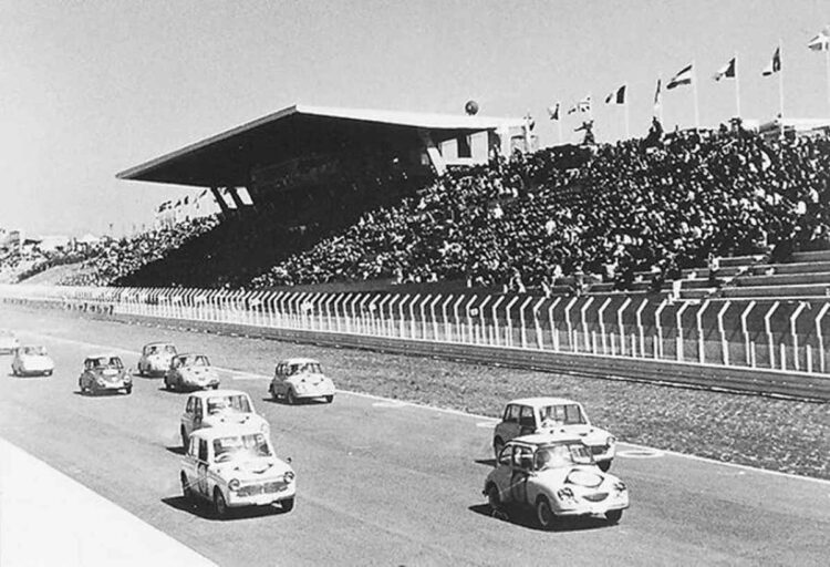 Kei-cars racing the 1st Japan Grand Prix 1963