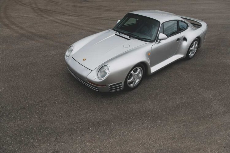 Birdseye view of Porsche 959
