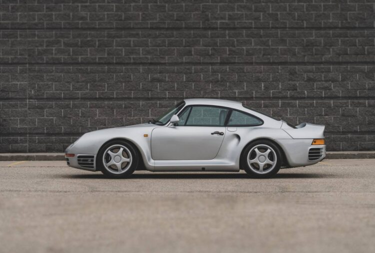 Side profile of Porsche 959