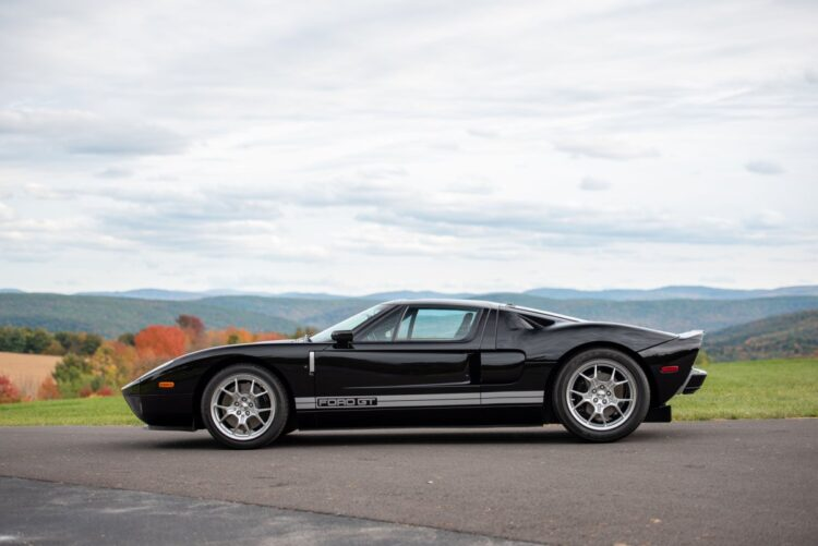 side profile of 2005 Ford GT