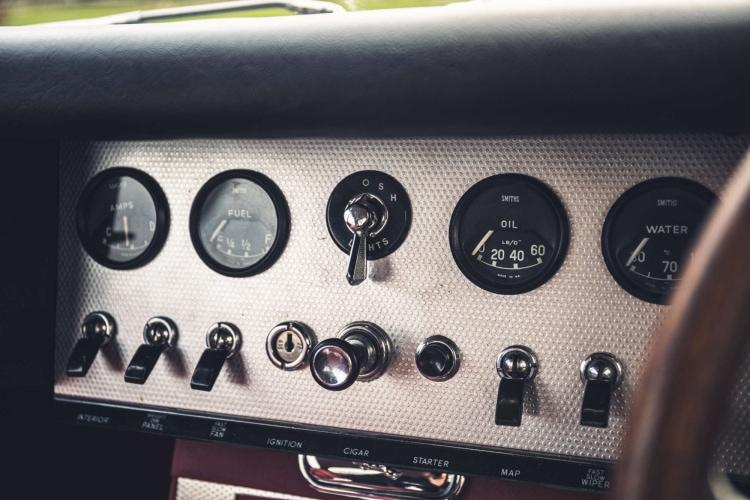 Dashboard of Series 1 Jaguar E type
