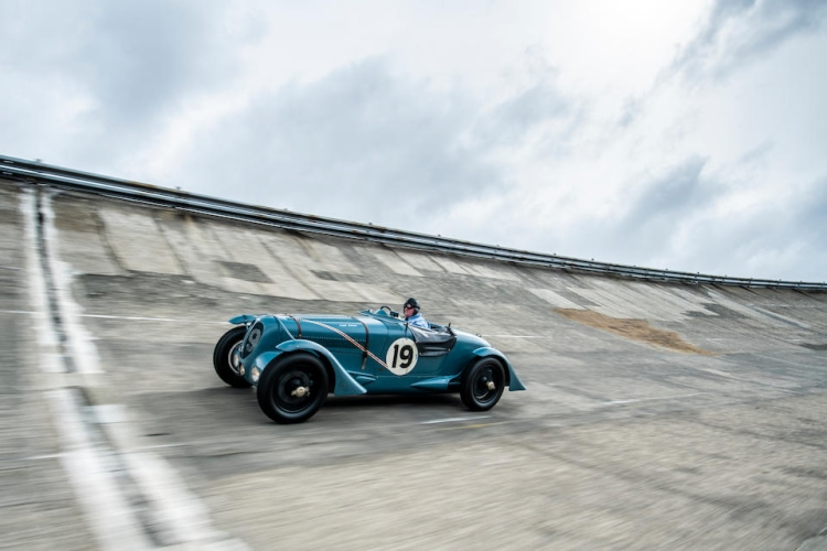 Delahaye 135 S racing on the track